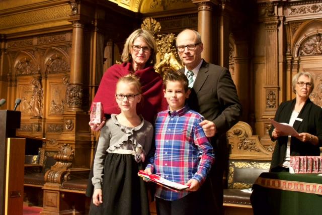 Frau Förschner mit Luis, Lara und Schulsenator Ties Rabe im Rathaus.